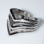 Δαχτυλίδι φο μπιζού ορείχαλκος σχέδιο V με μαύρους και λευκούς κρυστάλλους σε ασημί χρώμα BZ-RG-00449 Εικόνα 2