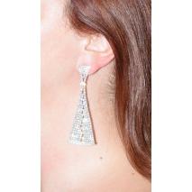 Σκουλαρίκια φο μπιζού τρίγωνα μακριά με κρυστάλλους σε ασημί χρώμα BZ-ER-00301 φορεμένο στο αυτί