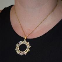 Κολιέ ατσάλινο (stainless steel) λουλούδι με ιρδίζοντες κρυστάλλους σε απαλό χρυσό χρώμα BZ-NK-00363 εικόνα 2