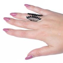 Δαχτυλίδι μακρύ φο μπιζου με κρυστάλλους σε σκούρο γκρι χρώμα BZ-RG-00256 φορεμένο στο δάχτυλο