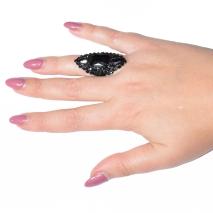 Δαχτυλίδι μακρύ φο μπιζου με κρυστάλλους σε μαύρο χρώμα BZ-RG-00257 φορεμένο στο δάχτυλο