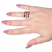 Δαχτυλίδι φο μπιζου με κρυστάλλους σε απαλό χρυσό χρώμα BZ-RG-00258 φορεμένο στο δάχτυλο