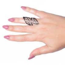 Δαχτυλίδι μακρύ φο μπιζου λουλούδι με κρυστάλλους σε σκούρο γκρι χρώμα BZ-RG-00259 φορεμένο στο δάχτυλο