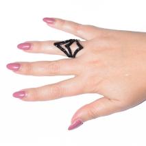 Δαχτυλίδι μακρύ φο μπιζου με κρυστάλλους σε μαύρο χρώμα BZ-RG-00261 φορεμένο στο δάχτυλο