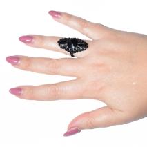 Δαχτυλίδι φο μπιζου με κρυστάλλους σε μαύρο χρώμα BZ-RG-00263 φορεμένο στο δάχτυλο