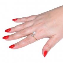 Δαχτυλίδι ατσάλινο (stainless steel) σε χρυσό χρώμα με πέρλες και κρυστάλλους BZ-RG-00278 εικόνα 2 φορεμένο