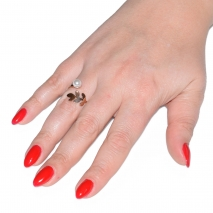 Δαχτυλίδι ατσάλινο (stainless steel) φύλο σε ροζ χρυσό χρώμα με πέρλες BZ-RG-00279 εικόνα 2 φορεμένο