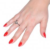 Δαχτυλίδι ατσάλινο (stainless steel) σε ασημί χρώμα με mother of pearl BZ-RG-00280 εικόνα 2 φορεμένο