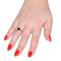 Δαχτυλίδι ατσάλινο (stainless steel) σε ροζ χρυσό χρώμα με μαύρο κρύσταλλο BZ-RG-00282 εικόνα 2 φορεμένο