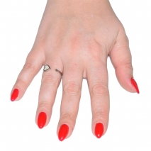 Δαχτυλίδι ατσάλινο (stainless steel) καρδιά σε ασημί χρώμα με mother of pearl BZ-RG-00283 εικόνα 2 φορεμένο