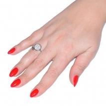 Δαχτυλίδι ατσάλινο (stainless steel) στρογγυλό σε ασημί χρώμα με κρυστάλλους BZ-RG-00291 εικόνα 2 φορεμένο