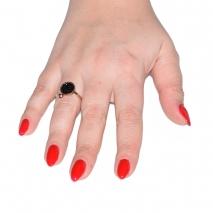 Δαχτυλίδι ατσάλινο (stainless steel) στρογγυλό σε ροζ χρυσό χρώμα με κρυστάλλους BZ-RG-00292 εικόνα 2 φορεμένο