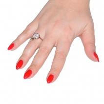Δαχτυλίδι ατσάλινο (stainless steel) στρογγυλό σε ροζ χρυσό χρώμα με κρυστάλλους BZ-RG-00293 εικόνα 2 φορεμένο