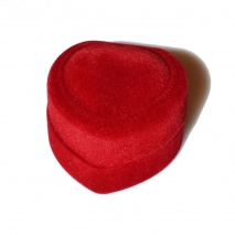 We accompany the wedding ring with a velvet red box in the shape of a heart that will surely impress!